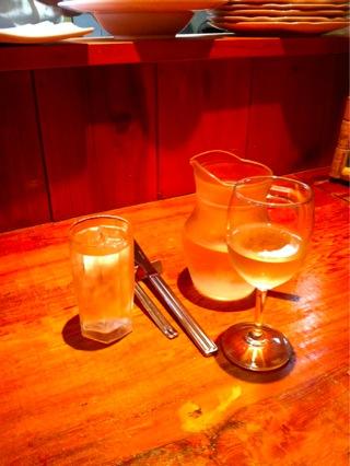 白ワインをハーフデキャンタで