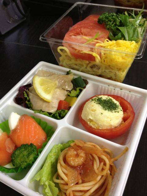 阪神百貨店はetsu の4品オードブル(197kcal, 552円)とトマト冷麺(294kcal, 428円)