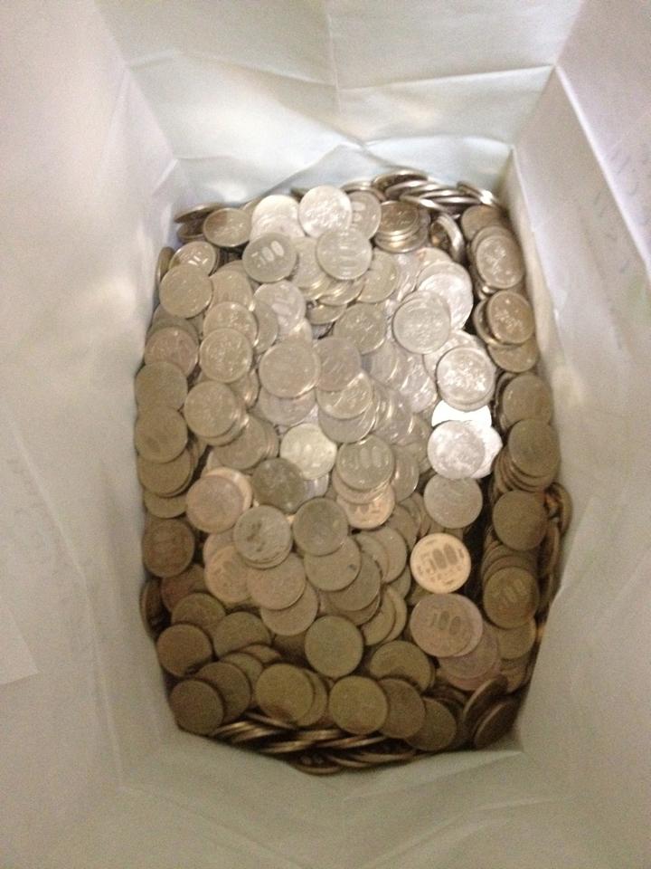 紙袋に入れた500円玉。このままじゃ重くて紙袋がもたないので、さらに通勤カバンに入れて運びました。重たかった...。