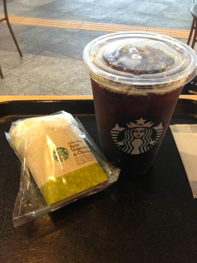 アイスコーヒー(Venti)とサラダラップ(根菜とチキン)